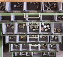 Eine große Auswahl an Verschraubungen in der Hydraulik-Werkstatt